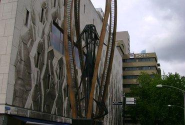 Bijenkorf met sculptuur van Naum Gabo, Rotterdam