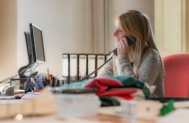 Kasteelvrouwe Rian Haarhuis op kantoor aan het werk.