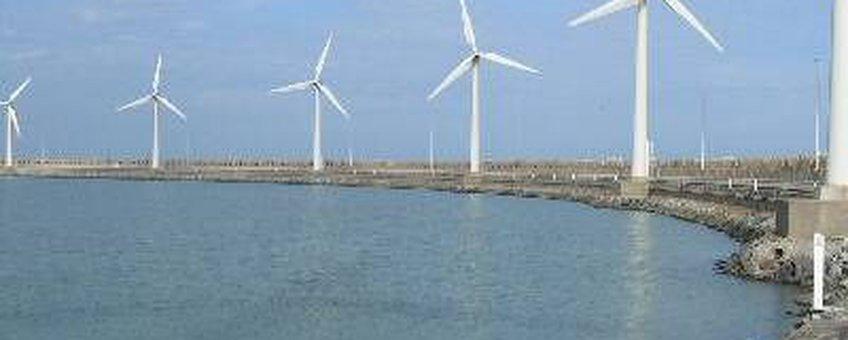 Windmolens op de rechterhavendam in Zeebrugge (foto: Tim Bekaert, GNU-licentie voor vrije documentatie)