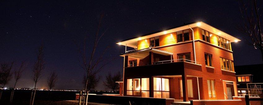 Een woning in Blauwestad tegen de inktzwarte, maar heldere lucht