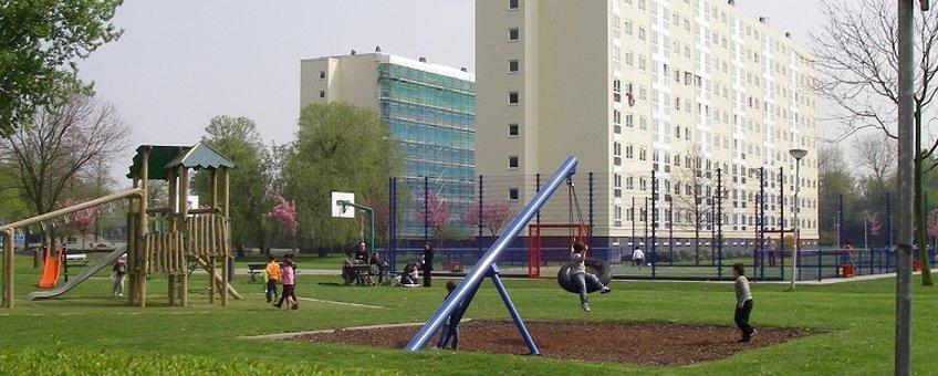 Spelende kinderen bij flat