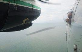 Het vliegtuig heeft speciale ronde ramen, dit geeft een onbelemmerd uitzicht op de zee onder het vliegtuig