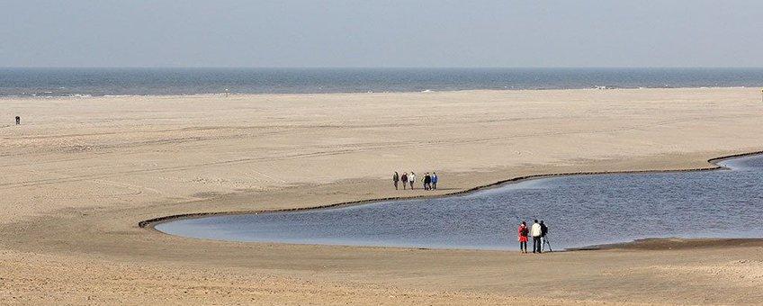 Duinmeer met mensen op Zandmotor.