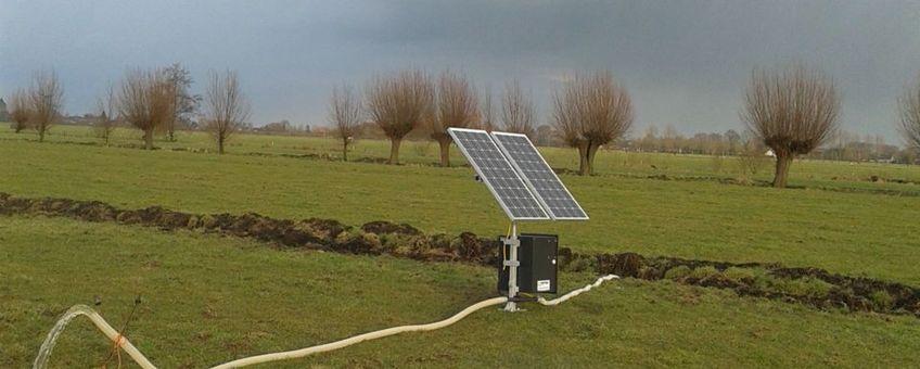 Een zonnepomp is direct herkenbaar door de zonnepanelen