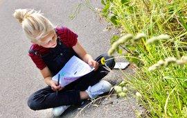 Kind onderzoekt paardenbloem