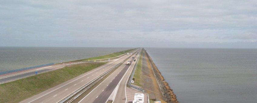 Afsluitdijk met de Waddenzee links en het IJsselmeer rechts
