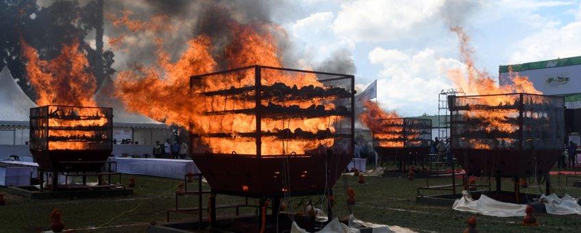 Verbranding van neushoorn-hoorn in Assam, India