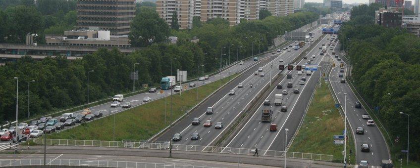 Rijksweg A10 West, gezien vanaf gebouw De Tribune (Amsterdam Bos en Lommer), Aansluiting Amsterdam-Geuzenveld op de voorgrond