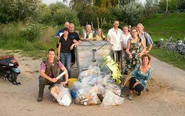 vrijwilligers met opgeruimde vuilnis van het Waalstrand Nijmegen