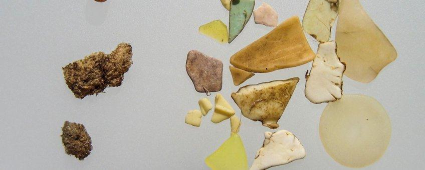 Voorbeeld van door een Noordse Stormvogel opgegeten plastic. Maaginhoud van vogel nr FAE-2011-x29, met linksboven een enkele industriële korrel (diameter 4 a 5 mm)