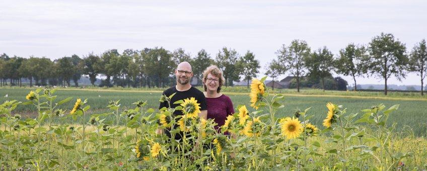 Leo en Annuska de Jongh bij de bloemenrand langs hun akker in Wijhe.