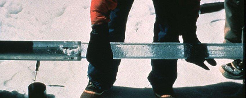 IJskern die uit boorcilinder wordt gehaald Foto: Lonnie Thompson, PD-USGOV-DOC-NOAA