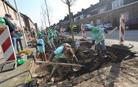 Kinderen planten bomen tijdens Nationale boomfeestdag
