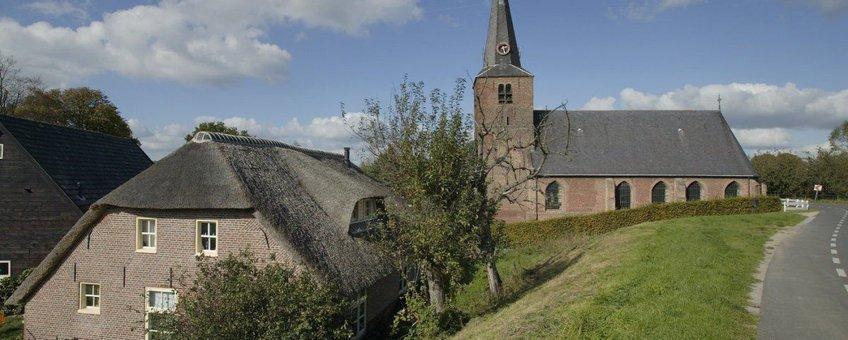 Dijk. Zicht op Hervormde kerk langs de dijk - Wijk en Aalburg (foto: Paul van Galen, Rijksdienst voor het Cultureel Erfgoed)