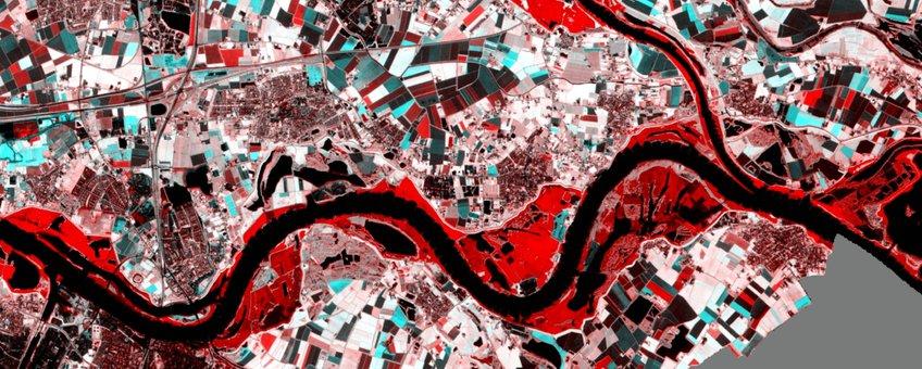 satellietfoto van 8 januari. De rode gebieden langs de rivieren zijn overstroomd