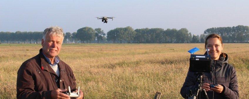 Dronepiloten Peter van Noord en Rosina Verweij bij een plasdrasperceel
