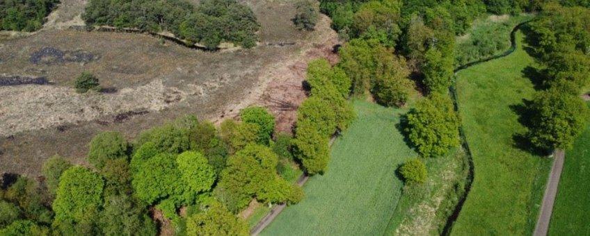 Luchtfoto van een ander terrein van landgoed Twickel: het Asbroek en de Hagmolenbeek. Hier is – binnen een ander project – ook een heideverbinding gemaakt, op een terrein met bos, heide, beekdal, akker en weide. Foto ter illustratie bij dit verhaal.