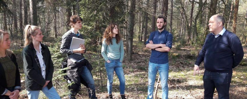 Jongerenraad van Staatsbosbeheer in gesprek met opdrachtgever Harrie Hekhuis voor de klimaatcasus