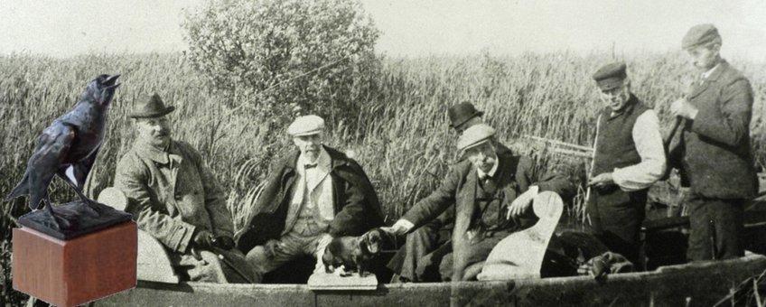 Thijsse en prins Hendrik in boot op excursie met het kunstwerk De Spreeuw van de Heimans en Thijsse Prijs