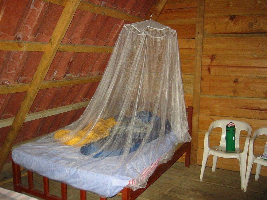 Een klamboe biedt fysieke bescherming tegen muggenbeten