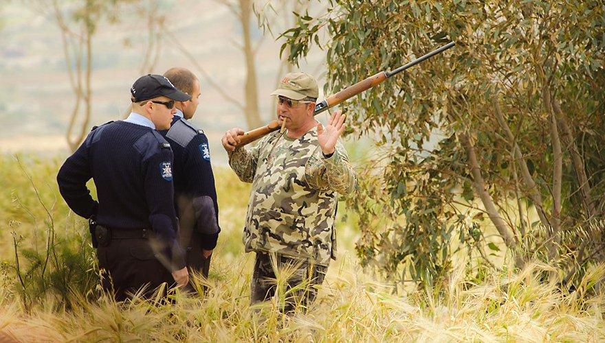 Politie controleert jager / Lars Soerink (Vilda)