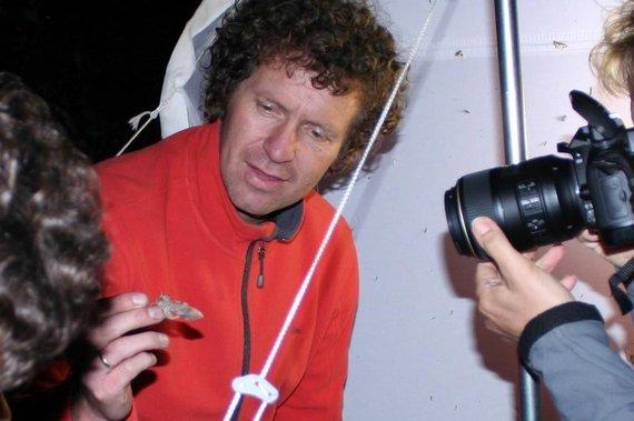 Het maken van een foto van een nachtvlinder.